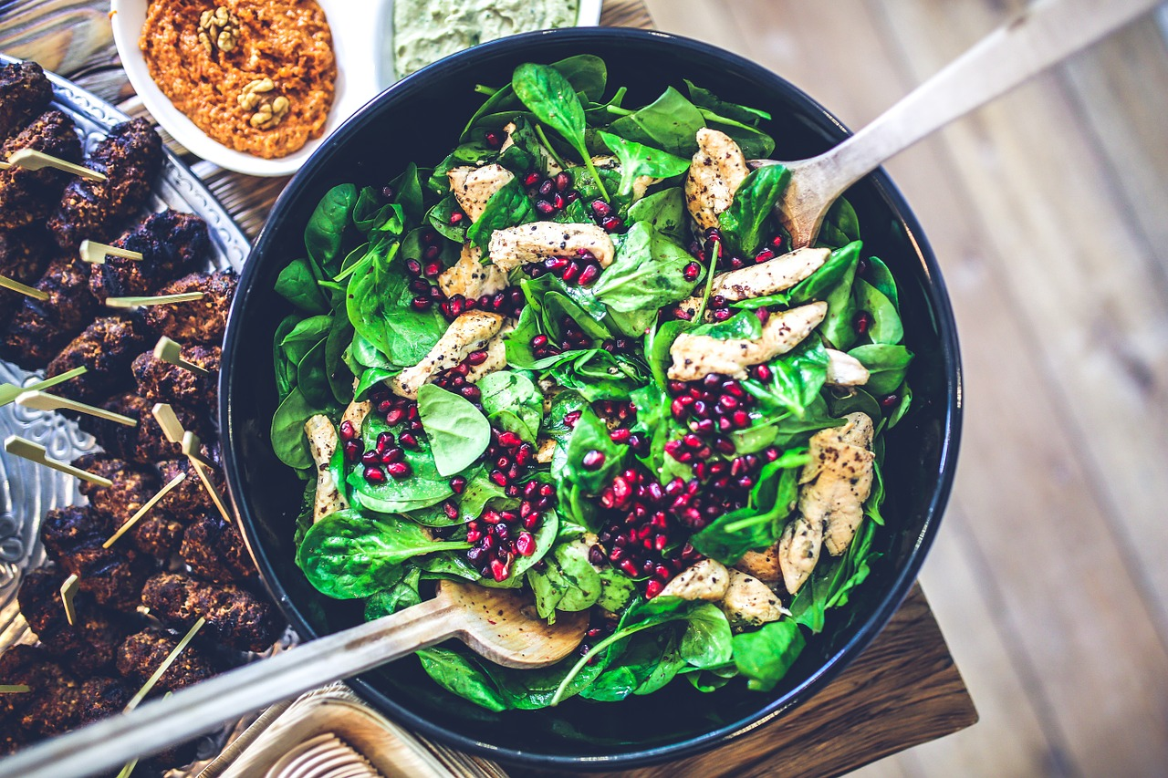 Salad with spinach, chicken and pomegrante